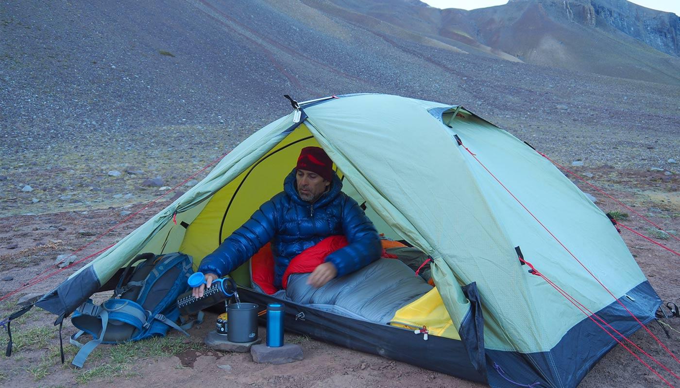 Fernando Fainberg en su carpa preperando su desayuno