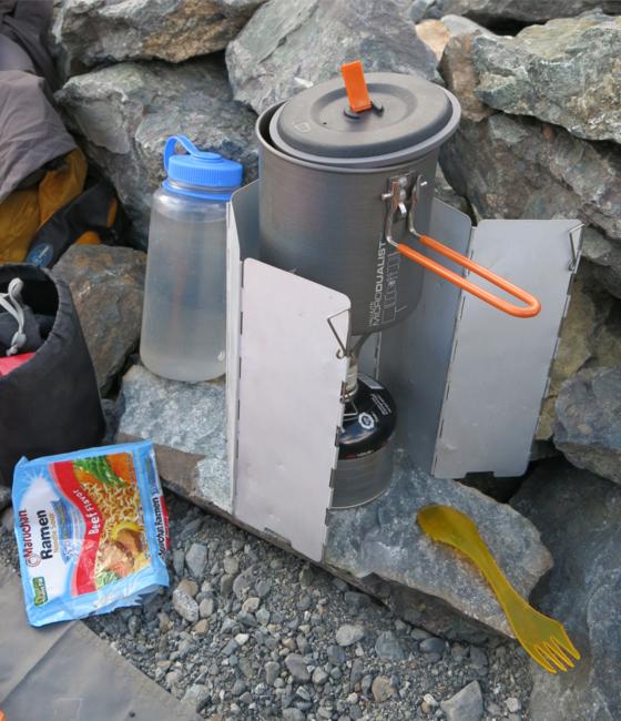 Cocinilla de camping para preparar la comida.