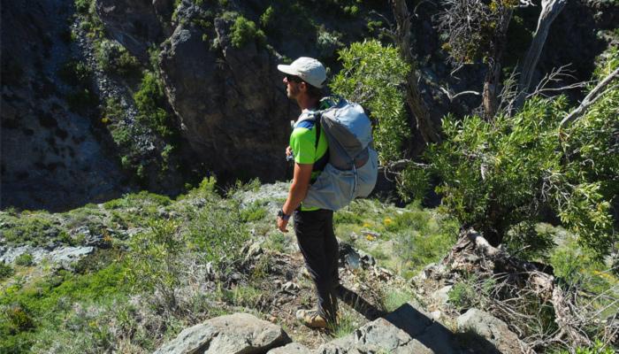 Fainberg duranto un tour de senderismo mirando el paisaje.